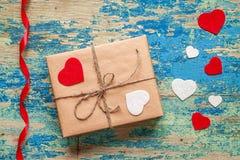 Boîte-cadeau avec des coeurs sur le fond bleu de vintage Images libres de droits