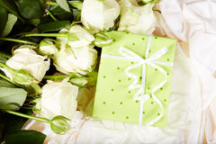 Boîte-cadeau avec des fleurs de rose d'arc et de blanc Photographie stock