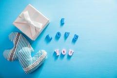 Boîte-cadeau avec je t'aime l'inscription sur le fond bleu Concept de jour du ` s de Valentine Images stock