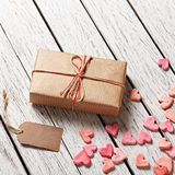 Boîte-cadeau avec l'étiquette de cadeau et le tas vides des coeurs Image stock