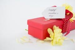 Boîte-cadeau avec l'étiquette heureuse de jour de mères et la fleur jaune Photo libre de droits