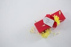 Boîte-cadeau avec l'étiquette heureuse de jour de mères et la fleur jaune Photos stock