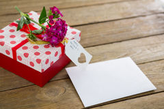 Boîte-cadeau avec l'étiquette heureuse de jour de mères et les fleurs roses Image stock