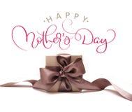 Boîte-cadeau avec l'arc brun un jour heureux blanc de mères de fond et de textes Aspiration de main de lettrage de calligraphie Photo libre de droits