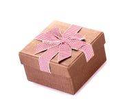 Boîte-cadeau avec l'arc d'isolement Image stock