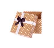 Boîte-cadeau avec l'arc d'isolement Photographie stock
