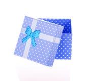 Boîte-cadeau avec l'arc d'isolement photo stock