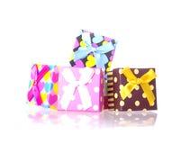 Boîte-cadeau avec l'arc d'isolement Photographie stock libre de droits