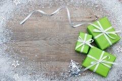 Boîte-cadeau avec l'arc et les flocons de neige Images libres de droits