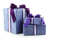 Boîte-cadeau avec l'arc pourpre d'isolement sur un blanc Photos stock