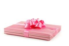 Boîte-cadeau avec l'arc rose d'isolement sur un blanc Photos libres de droits