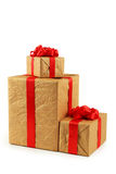 Boîte-cadeau avec l'arc rouge d'isolement sur un blanc Photo stock