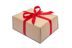 Boîte-cadeau avec l'arc rouge de ruban d'isolement sur le blanc Photographie stock libre de droits
