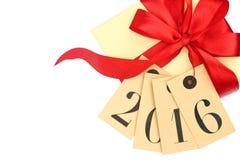 Boîte-cadeau avec l'arc rouge et étiquettes avec la nouvelle année 2016 Images stock