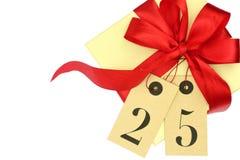 Boîte-cadeau avec l'arc rouge et étiquettes avec le numéro 25 Photos stock