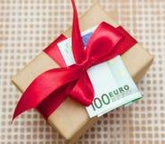 Boîte-cadeau avec l'euro billet de banque Image libre de droits
