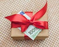 Boîte-cadeau avec l'euro billet de banque Photo stock