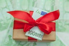 Boîte-cadeau avec l'euro billet de banque Image stock