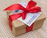 Boîte-cadeau avec l'euro billet de banque Photographie stock libre de droits
