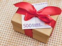 Boîte-cadeau avec l'euro billet de banque Photographie stock