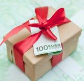 Boîte-cadeau avec l'euro billet de banque Photo libre de droits