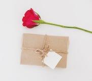 Boîte-cadeau avec la fleur rose avec la carte blanche vierge, pour le cadeau de valentines, sur le fond blanc Images stock