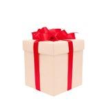 Boîte-cadeau avec la proue rouge d'isolement sur le blanc Image stock