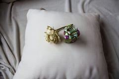 Boîte-cadeau avec la rose de blanc sur l'oreiller Photos stock