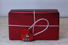 Boîte-cadeau avec la serrure sous la forme de coeur le jour du ` s de Valentine Photos stock