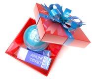 Boîte-cadeau avec la terre de planète intérieure et des billets d'avion Image stock