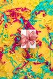 Boîte-cadeau avec la vue supérieure colorée de fond jaune lumineux de flammes de la configuration plate image libre de droits