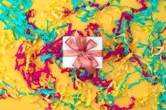 Boîte-cadeau avec la vue supérieure colorée de fond jaune lumineux de flammes de la configuration plate photos stock