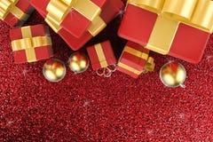 Boîte-cadeau avec la vue supérieure de boules de Noël Photographie stock