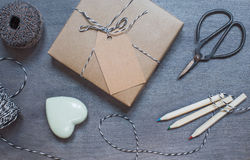 Boîte-cadeau avec le coeur en céramique, les crayons et les vieux ciseaux Image stock