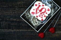 Boîte-cadeau avec le pain d'épice de fête sur la table en bois Images libres de droits