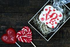 Boîte-cadeau avec le pain d'épice de fête sur la table en bois Image stock