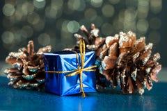 Boîte-cadeau avec le pinecone photographie stock libre de droits