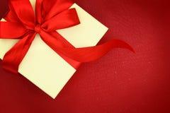 Boîte-cadeau avec le ruban Images stock