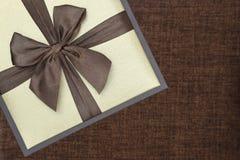 Boîte-cadeau avec le ruban Photographie stock