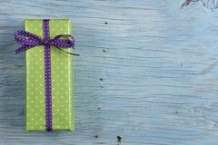 Boîte-cadeau avec le ruban Photographie stock libre de droits