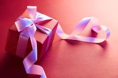Boîte-cadeau avec le ruban de forme de coeur Photos stock
