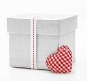 Boîte-cadeau avec le ruban de satin avec le coeur Image libre de droits