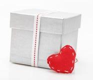 Boîte-cadeau avec le ruban de satin avec le coeur Image stock