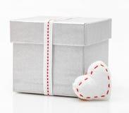 Boîte-cadeau avec le ruban de satin avec le coeur Photos stock