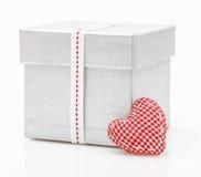 Boîte-cadeau avec le ruban de satin avec le coeur Images libres de droits