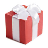 Boîte-cadeau avec le ruban et arc sur le fond blanc Photo libre de droits
