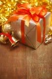 Boîte-cadeau avec le ruban et cloche sur la vieille table en bois Image libre de droits