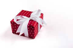Boîte-cadeau avec le ruban rose izolated photographie stock