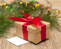 Boîte-cadeau avec le ruban rouge Photographie stock