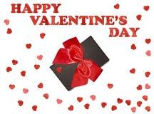 Boîte-cadeau avec le ruban rouge d'arc et coeur de papier sur le fond blanc pour le jour de valentines Photos stock